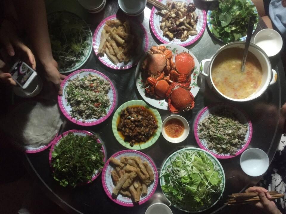 Bữa cơm hải sản Lý Sơn tươi ngon cùng những người bạn mới quen (Photo: Lê Anh Tuấn)