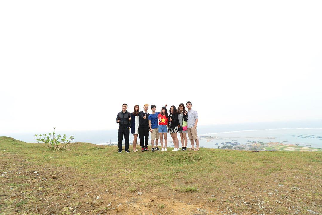 Cả team đi ngắm bình minh trên đỉnh Thới Lới (Photo: Lê Anh Tuấn)