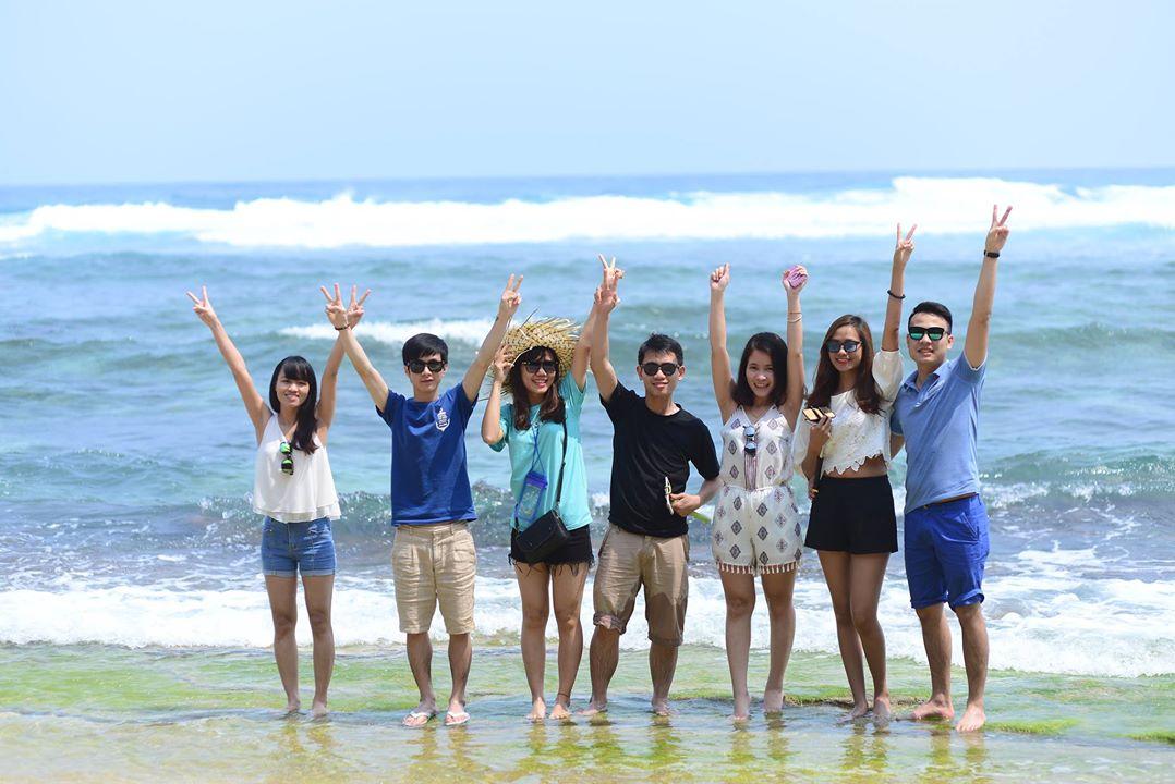 Cả team đi tắm biển ở Hang Câu - Dưới chân đỉnh Thới Lới (Photo: Lê Anh Tuấn)