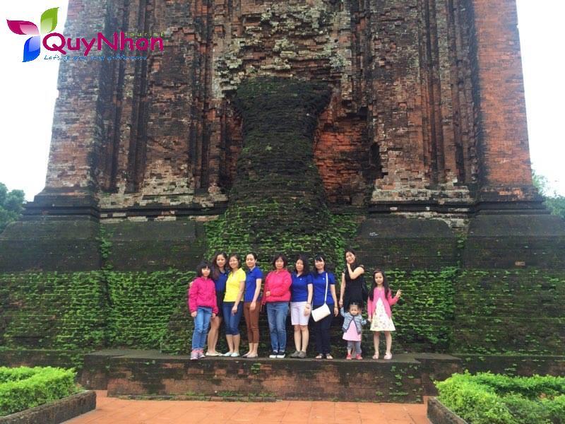 Dưới chân Tháp Nhạn (Phú Yên)