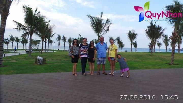 Gia đình chụp hình lưu niệm tại FLC Quy Nhơn